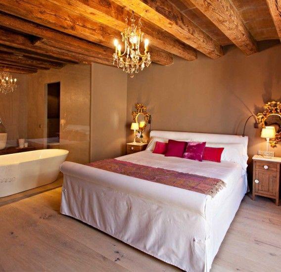 Hotel de lujo con encanto situado en una gran masía del año 1036, en Solsona, a los pies de los Pirineo catalanes. Totalmente rehabilitado conservando el encanto de las grandes estancias, con piscina desbordante y rodeado de naturaleza.