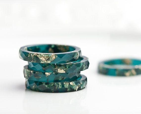 Teal résine empilage anneau or flocons fines facettes bague OOAK boho bijoux minimaliste deep teal émeraude