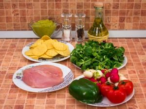 Овощной салат с кукурузными чипсами и куриными фрикадельками. Ингредиенты