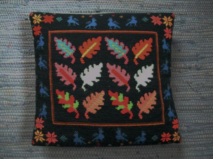 Korsstygn. Eklöven är från ett stickmönster av Susan Duckworth. Ramen är min egen komposition.