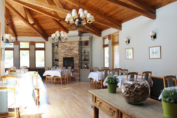 Rénovée au printemps 2015, notre grande salle de restaurant a retrouvé son planché de bois franc restauré avec soins.