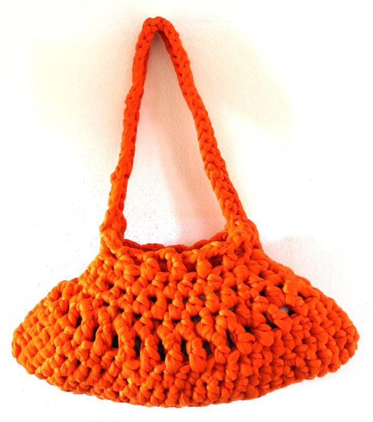 Meravigliosa borsa arancione realizzata a mano all'uncinetto con morbida fettuccia