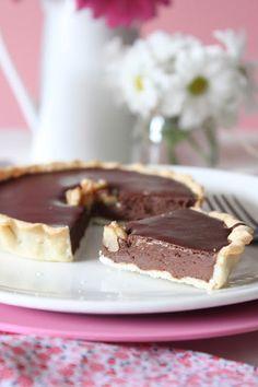 tarta de chocolate superfácil / 1 lámina de masa brisa 200 gr de chocolate negro para postres 200 ml de nata líquida de montar 2 c/s de leche 1 huevo