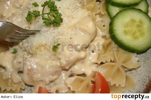 Těstoviny s jednoduchou sýrovou omáčkou a kuřecími kousky (podle Lízy)