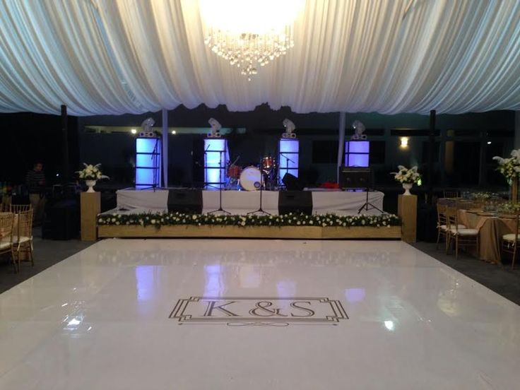 #bodas #eventos #bodasqueretaro #jardines #novios #decoracion #gatsby @almadeagua Pista de baile de charol con logo de los novios