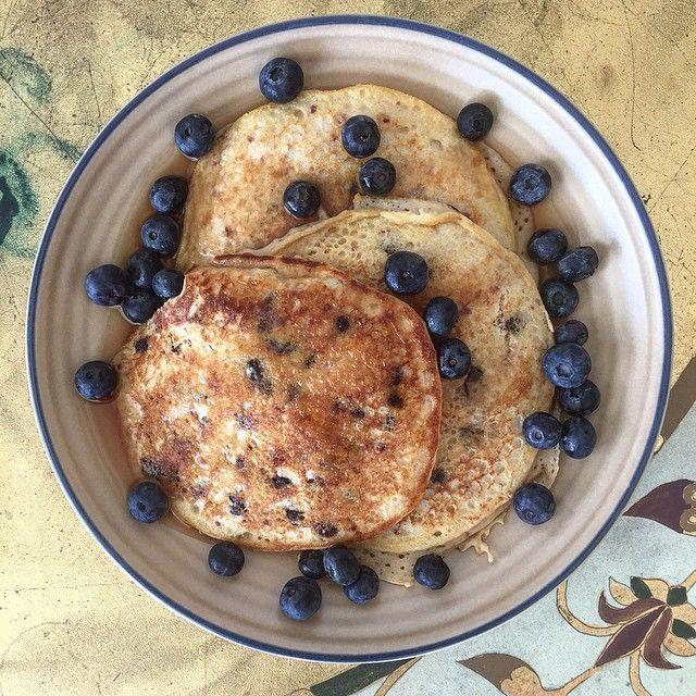 Panquecas con arándanos! Licue 1 huevo+3 claras, 1/4 de taza de harina de avena, 1 cucharada de harina de coco, 1/2 cucharadita de polvo para hornear, vainilla, stevia, 1/4 de taza de leche de almendras. Se licúa bien, luego se agregan arándanos (blueberries) que aportan muchísimos antioxidantes y fibra, si no hay arándanos donde vives puedes usar fresas que también contienen mucha fibra y antioxidantes