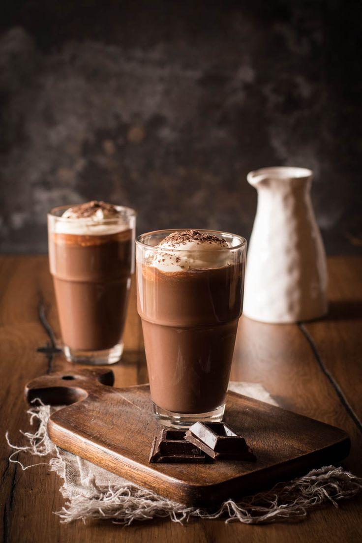 Selbstgemachte heiße Schokolade mit Sahnehaube - nicht nur für Kinder. Ein Seelenschmeichler für jeden, der Schokolade liebt. Perfekt für kalte Tage