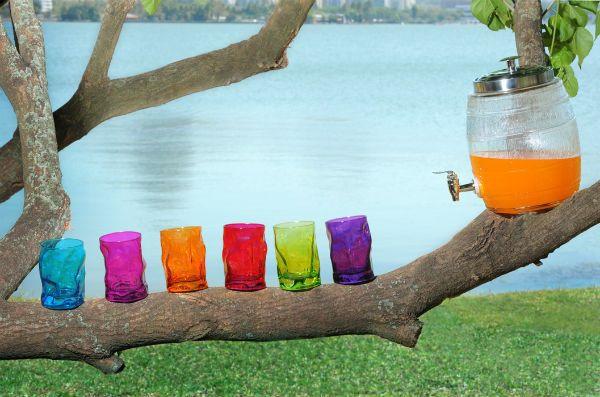 Dispenser em vidro e jogo de copos coloridos, a cara do verão. Da Roberto Simões.