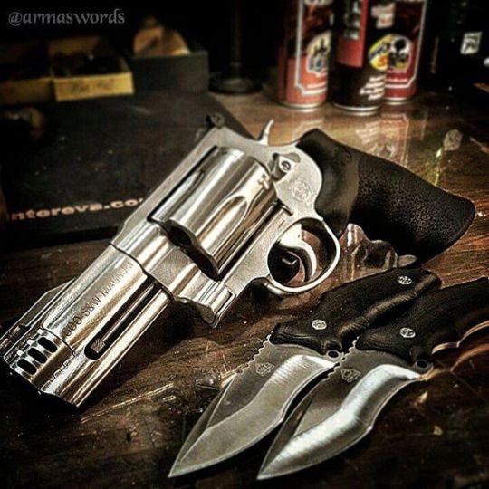 Manufacturer: Smith & Wesson  Mod: S&W500  Caliber - Calibre: 500S&W Magnum  Capacity - Capacidade: 5 Rounds  Barrel - Comp. Cano: 4 Weight - Peso: 1587 g