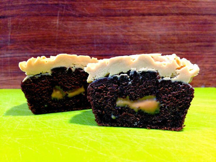 Chokoladecupcakes med karamelfrosting og -overraskelse ❤️