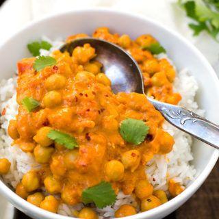 Einfaches Kichererbsen-Curry mit Kokosmilch, gehackten Tomaten, Knoblauch, Zwiebel und Gewürzen: In einer halben Stunde auf dem Tisch & unglaublich cremig!