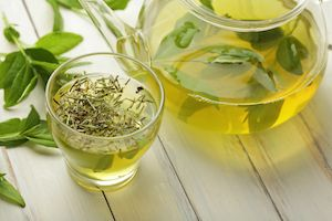 6 Foods That Naturally Whiten Your Teeth Green tea: It's a lighter color, so it's less likely to stain, and on top of that, you get health benefits for your teeth and gums. A 2009 study, for example, analyzed the periodontal health of 940 men. They found that those who regularly drank green tea had healthier teeth and gums than those who didn't. In fact, for every one cup of tea consumed per day, there was a decrease in the markers of tooth and gum disease.