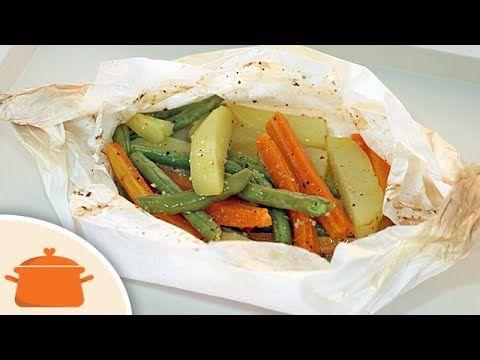 Receita muito fácil, saudável, rápida e gostosa de legumes assados no papelote (no forno). Ingredientes: 1 cenoura crua cortada em palitos; 1 batata crua cor...