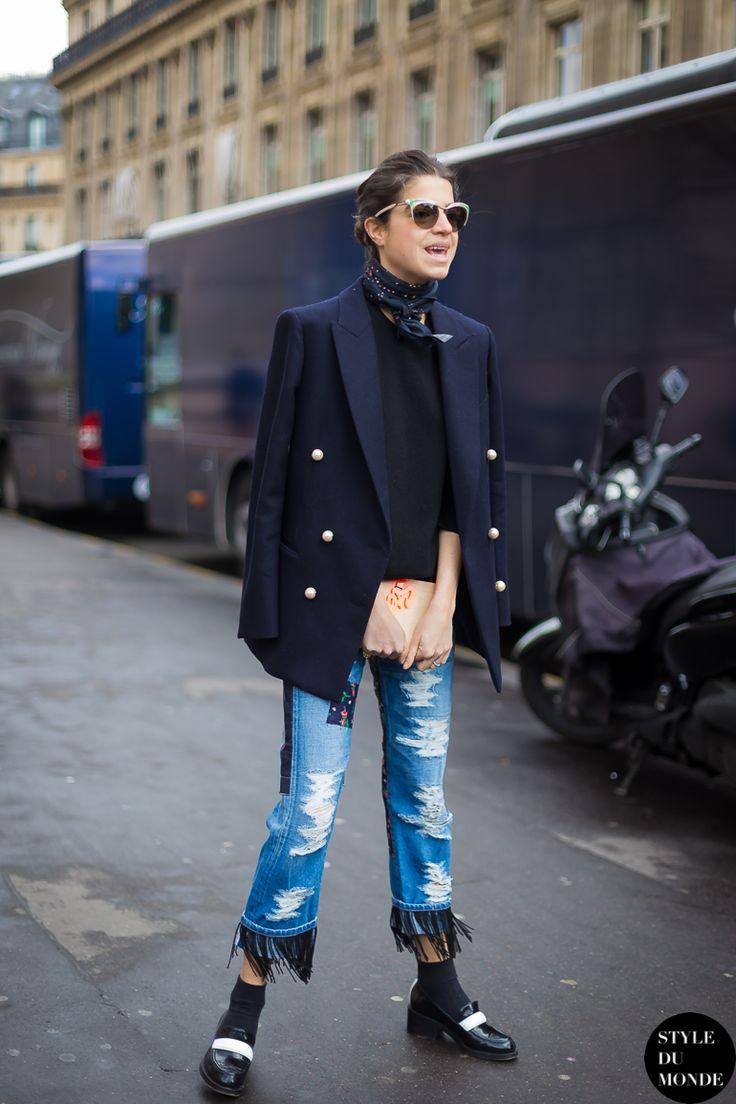 Leandra Medine - Man Repeller, street stylle, jeans cropped com barra desfiada, blazer marinho, tricot preto, lenço, mocassim com meia