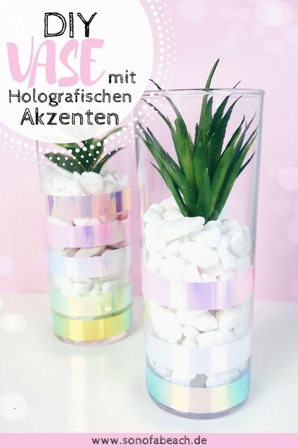 In dieser einfachen upcycling diy anleitung zeige ich dir, wie du aus einem alten Longdrinkglas eine tolle Vase mit holografischen akzenten basteln kannst. Sie eignet sich toll als zu Hause für eine kleine sukkulente oder einen kaktus und leuchtet in regenbogenfarben in der sonne. Die perfekte deko Idee für die Fensterbank oder den Gartentisch. Wenn du Holo liebst, ist das genau das richtige für dich! #diy #holo #vase #basteln #selbermachen #homdecor #home #deko #washitape
