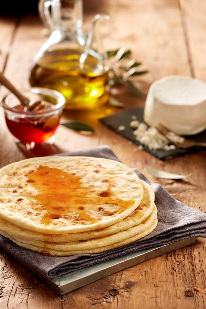 The original Sfakia Pie. Round Pie with cretan cheese     www.hiotakis.eu