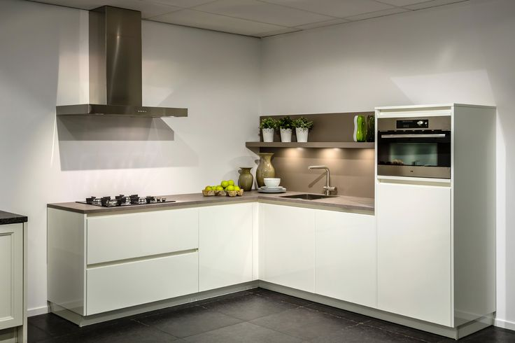 Moderne hoekkeuken van 7340 voor 6600 db keukens goedkope showroomkeukens pinterest - Keuken back bar ...