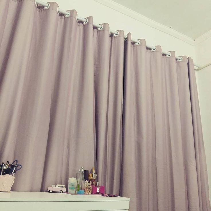 Amo cortinas grandes, quase até o chão. Logo mais pretendo inclusive tentar costurar uma. Essa é blackout e tem um tom rosa  queimado. 💕💖 #quartoplim #quartodecasal #lardocelar #costurinhas #costuradomestica #costurando #donadecasa #decor #decoracao #homedecor