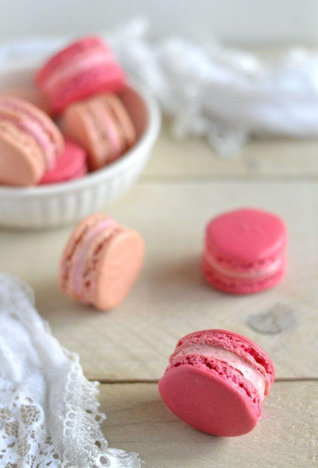 Het BASISrecept voor frambozen macarons. Een heerlijk recept voor roze macarons met een zachte, romige botercrème vulling met framboos.