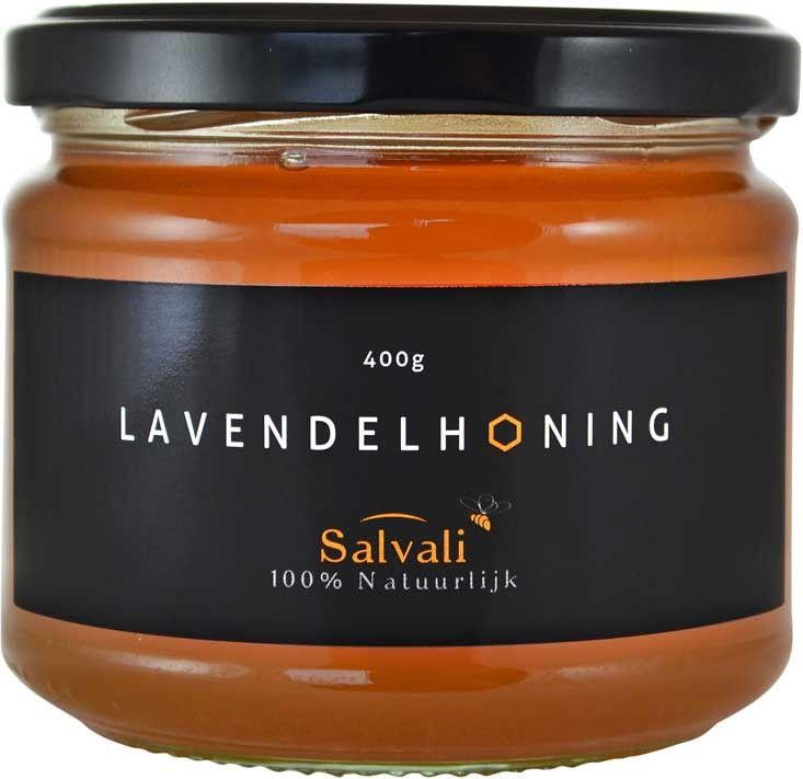 Lavendel kent tegenwoordig velen toepassingen, zo ook voor bijen om er een heerlijke aromatische honing mee te kunnen maken. Lavendelhoning is wat donkerder van kleur en zeer rijk aan mineralen. Tevens is de honing rustgevend. Voor het slapen een kop thee met lavendelhoning werkt erg goed om in slaap te komen.
