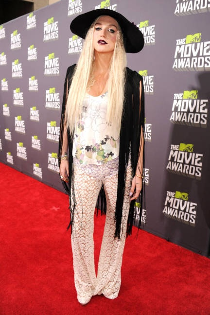 Ke$ha marries the bohemian look with the gothic #mtvmovieawards