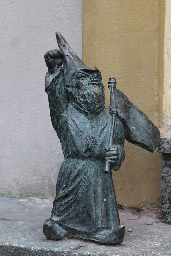 Przodownik (Leader), wrocławski krasnal znajdujący się w Klubokawiarni PRL przy Rynek Ratusz 10; autor: Beata Zwolańska–Hołod
