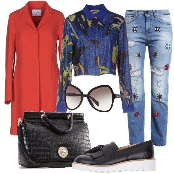 Outfit composto da jeans con applicazioni, camicia in tulle e paillettes a fantasia multicolore e cappotto rosso in panno di lana. La borsa è a mano in ecopelle e le scarpe sono dei mocassini neri in pelle con nappine e frange. Completano il look un paio di occhiali da sole con lente sfumata.