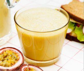 Fruktig smoothie med mango, banan och passionsfrukt. Enkel att tillaga och en njutbar energikick för den hungrige. Bra frukostalternativ för den som har bråttom.