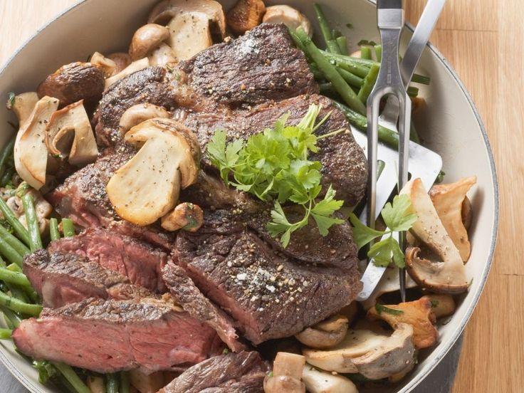 Gebratene Hochrippe mit Champignons und Bohnen ist ein Rezept mit frischen Zutaten aus der Kategorie Rind. Probieren Sie dieses und weitere Rezepte von EAT SMARTER!