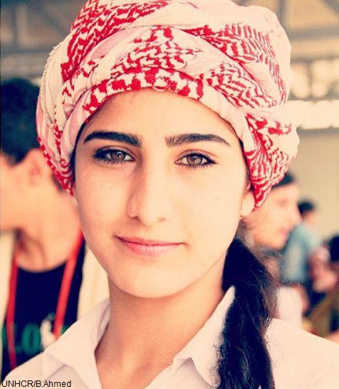 """""""Vorrei tanto poter riprendere gli studi. Ma ad essere sincera, ho paura che non sarà possibile. Mi piacerebbe lavorare, un giorno"""".   Amy ha 18 anni ed è curdo-siriana. Vive in un campo #rifugiati a Erbil, in #Kurdistan. Prima di fuggire dalla #Siria era all'ultimo anno di scuola superiore e stava per iscriversi all'università.  Il 51% dei rifugiati siriani sono donne. Molte di loro vivono in un limbo, sperando che non tutto sia perduto e aspettando l'opportunità di cambiare la propria…"""