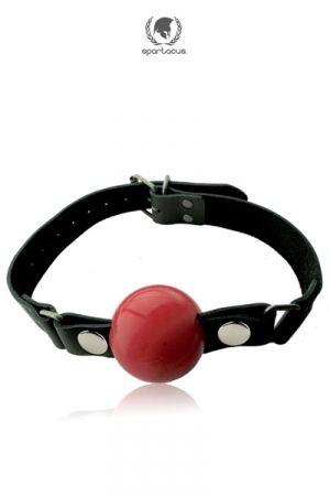 Un Bâillon cuir haute qualité avec une grosse balle en silicone destinée à faire taire votre soumis. Caractéristiques: - Gagged ball BDSM - Lanières en Cuir de vache noir haute qualité, solide et souple - Balle en silicone Premium rouge, sans phtalates - Diamètre balle: 5 cm - balle amovible pour un lavage facile - Fermeture bâillon par boucle en métal - Taille unique. Longueur réglable - Hypoallergénique, ne contient pas de Nickel - Marque : Spartacus, la référence Fetish-SM de qualité