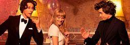 Per lanciare la nuova fragranza Prada Candy, la nota casa di moda ha scelto lo stile elegante, stralunato, indie e vagamente retrò dei registi Wes Anderson e Roman Coppola. I quali hanno girato tre splendidi spot con al centro un triangolo amoroso