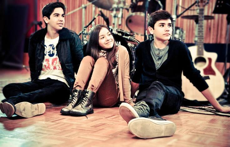 Abelardo, Angela and Gustavo Vázquez! The Vasquez Sounds! Nicee musical sibling trio!