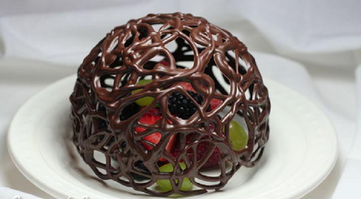 Dans le même principe que le bol en chocolat pour y mettre de la crème glacée, ce dôme est fait avec un ballon d'anniversaire. J'ai jumelée deux tutoriels photo pour plus de détails. Une super déco pour offrir des fruits frais comme dessert le soir d