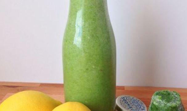 1 stor portion 50 g frossen spinat 1 banan 1 appelsin eller citron Koldt vand til den ønskede konsistens 5 stk. mandler eller 1 tsk. olie