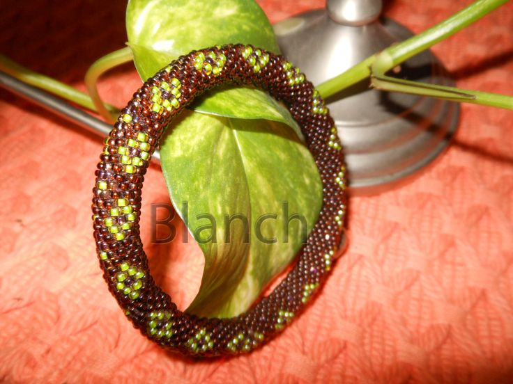 bracelete hecho a crochet con cuentas de color verde y marron...lindos colores especialmente para la primavera...