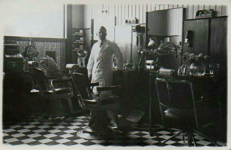 Østfold fylke Halden interiør av Bremer Moes barbersalong. Privatkort brukt 1943