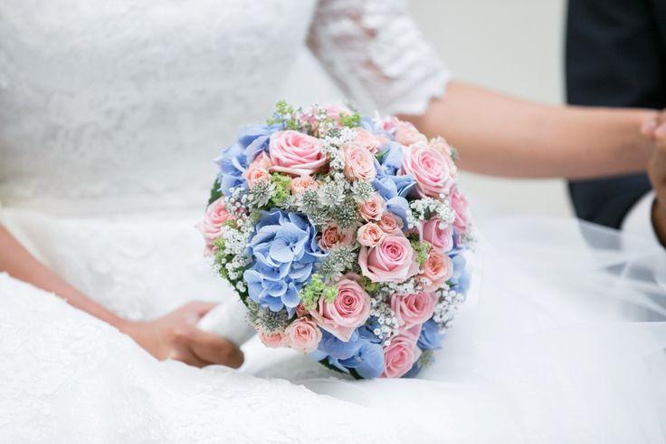 Bride bouquet blue pink ♥ Brautstrauss blau rosa mit Hortensien, Foto: Hochzeitslicht, Berlin