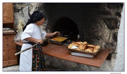 Παραδοσιακό ψήσιμο στον ξυλόφουρνο ~ Κάρπαθος Traditional baking at the wood-oven ~ Karpathos island φωto by Lothar A. Hoppen