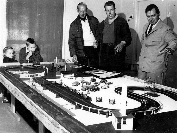 Radan perustajat - vasemmalla ainakin Curt Lincoln itse - kokeilivat tulevan radan toimivuutta näinkin toimivalla tavalla.