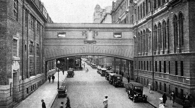 The old Post Office in Adderley Street (right), ... ...was joined to the telephone exchange building by a bridge over Parliament Street