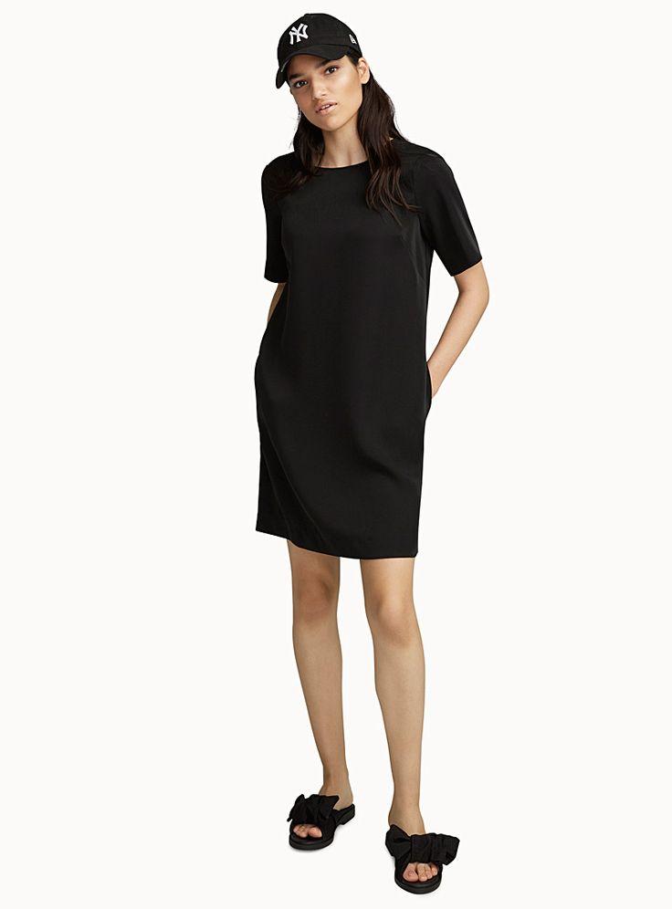 Exclusivité Icône - La petite robe noire que vous adorerez : un design moderne et épuré à la parfaite coupe droite et ample - Tissage satiné et fluide légèrement extensible, sans doublure - Zip dissimulé au dos Le mannequin porte la taille petit Longueur: 90cm, du haut de l'épaule
