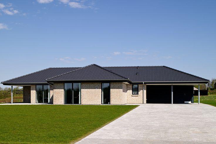 "eurodan-hus opført i blødstrøgne ""Laika"" mursten, har valmet tag belagt med betontagsten. Huset har carport og redskabsrum."