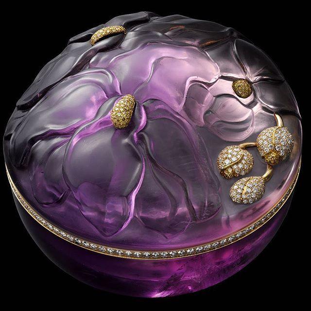 CARESSE D'ORCHIDÉES PAR CARTIER HIGH JEWELRY BOX Yellow gold, one sculpted amethyst, yellow diamonds, brilliants @jewelsdujour . • • • #diamond#الماس#elmas#jewelry#fashion#love#beautiful#style#diamonds#highjewelry#finejewelry#luxury#instamood#instacool#in