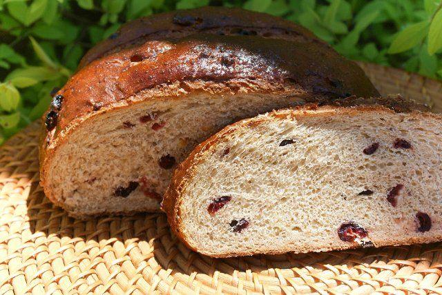 Солодовый финский хлеб Pääsiäislimppu . Душистый десертный хлеб с клюквой, дроблеными орехамии апельсиновой цедрой. Вкус сбалансированный ,слегка…