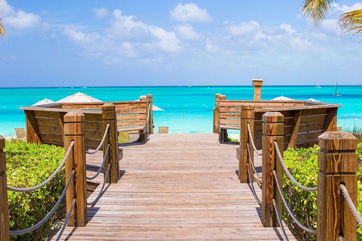 世界でも最も美しいビーチのひとつがあるとされるタークス・カイコス諸島は、カリブ海に浮かぶ島々です。どこまでも続くターコイズブルーの海と、真っ白でチョークの粉のようなさらさらのビーチは、空の色を反射して美しい色に染まります。 1年で350日が晴れになるリゾート向きの島々 image by iStockphoto