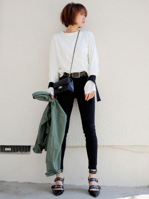 モノトーンにミリジャケ❤️ 袖にストラップの付いたTシャツ 流行りものはプチプラで☺️ Tシャ