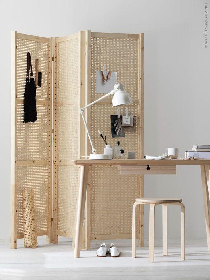 Skärma av i rummet med en vikskärm i rotting tillverkad av IVAR gavel. LISABO skrivbord, FROSTA pall, HEKTAR arbetslampa.