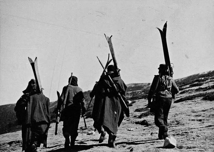 Madrid, noviembre de 1936, frente de la Sierra. El ejército republicano forma un batallón alpino compuesto de esquiadores para combatir en altura.