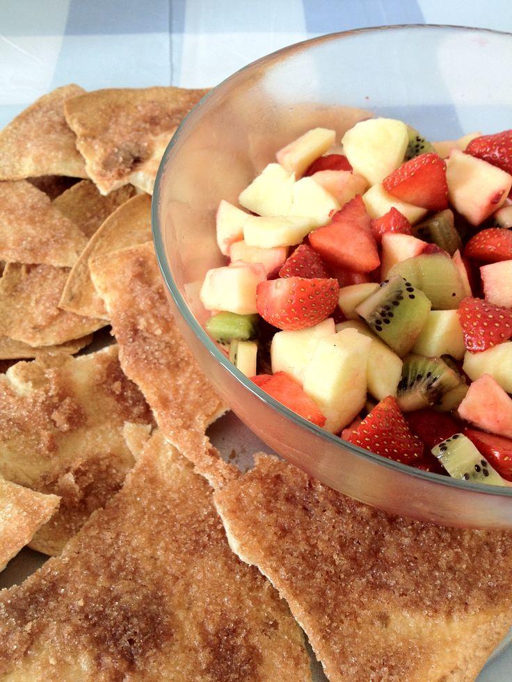 Een heerlijke en gezonde frisse fruitsalade met zelfgemaakte kaneelchips. Schep wat van de salade op de chips en smullen maar. De chips zijn ook heerlijk zonder fruit en bijvoorbeeld bij de thee. Benodigdheden: 2 appels 2 kiwi's 1 doosje aardbeien 1 doosje frambozen Een paar eetlepels fruitsap uit een blikje aardbei/kers/ananas. 3 wraps 115...Lees Meer »